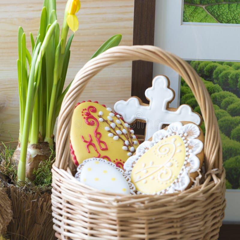 Pan di zenzero di Pasqua in un canestro fotografia stock libera da diritti