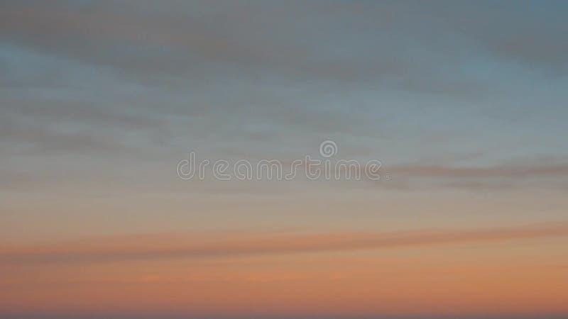 Pan Down à une belle vue d'un lac tranquille sur une vallée solitaire au coucher du soleil banque de vidéos