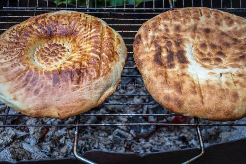 Pan en la parrilla con el fuego abierto imagen de archivo libre de regalías