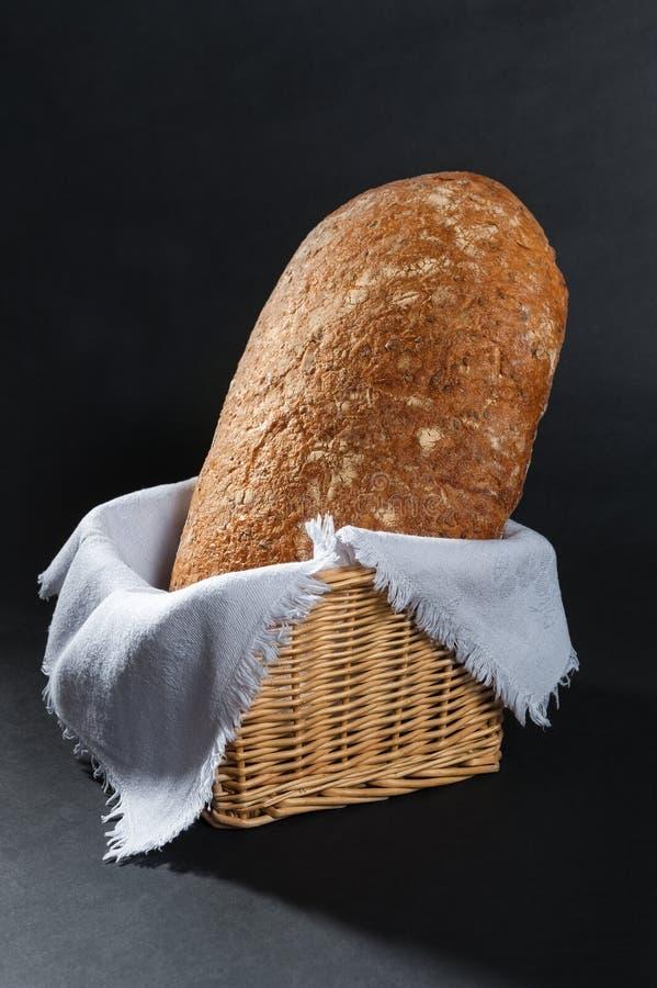 Pan en una cesta de mimbre fotografía de archivo