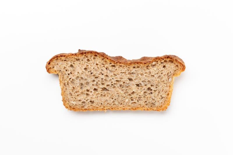 Pan entero cortado del trigo del grano aislado en un fondo blanco Endecha plana Visión superior foto de archivo libre de regalías