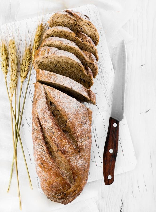 Pan entero del grano en fondo de madera imagenes de archivo