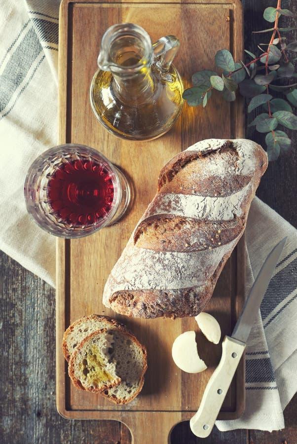 Pan francés del país, vino rojo, queso y aceite de oliva imágenes de archivo libres de regalías