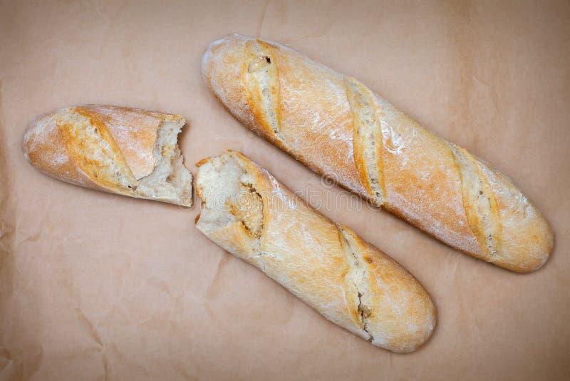 Pan francés en la tabla foto de archivo