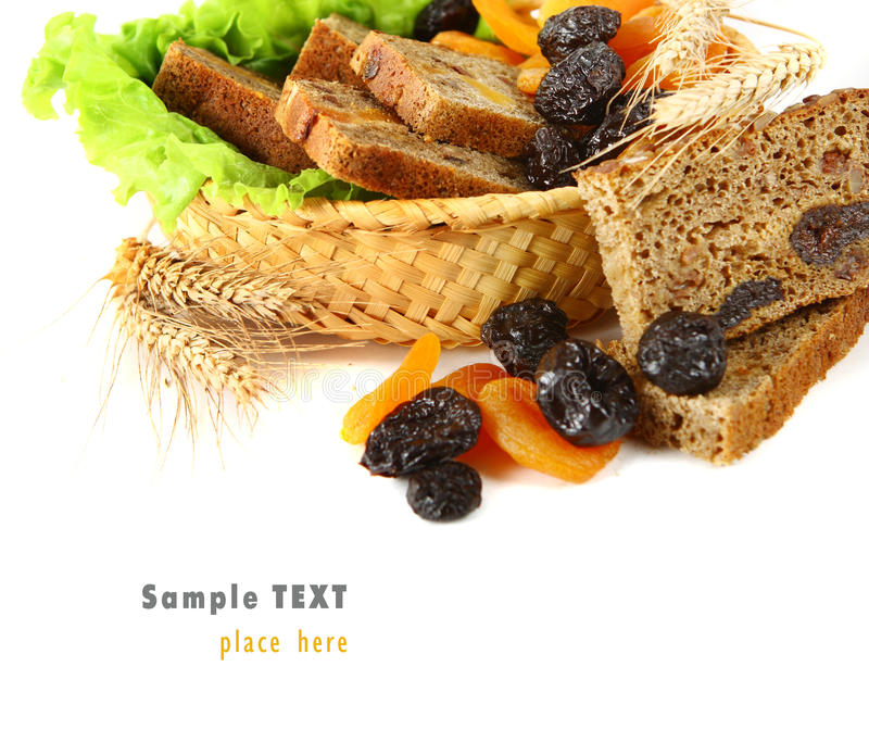 Pan fresco con las pasas y los albaricoques secados imagen de archivo