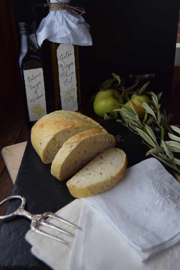 Pan fresco en la tabla rústica con las servilletas de lino fotografía de archivo