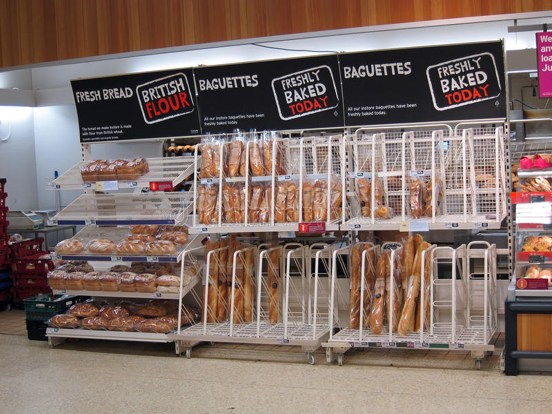 Pan fresco en un superstore. foto de archivo