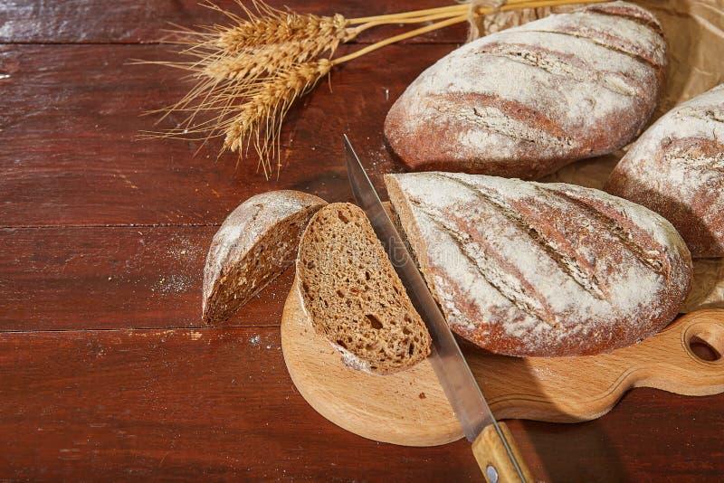 Pan fresco en un worktop de madera foto de archivo libre de regalías