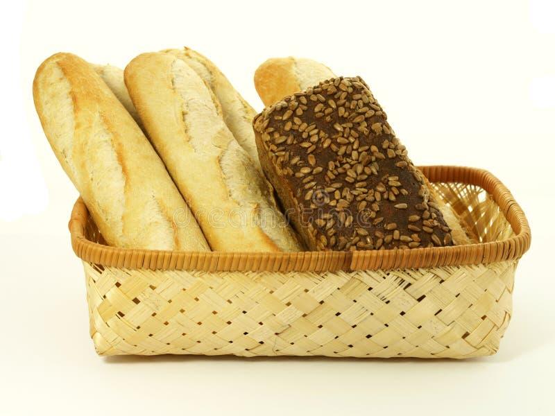Pan fresco en una cesta fotografía de archivo libre de regalías