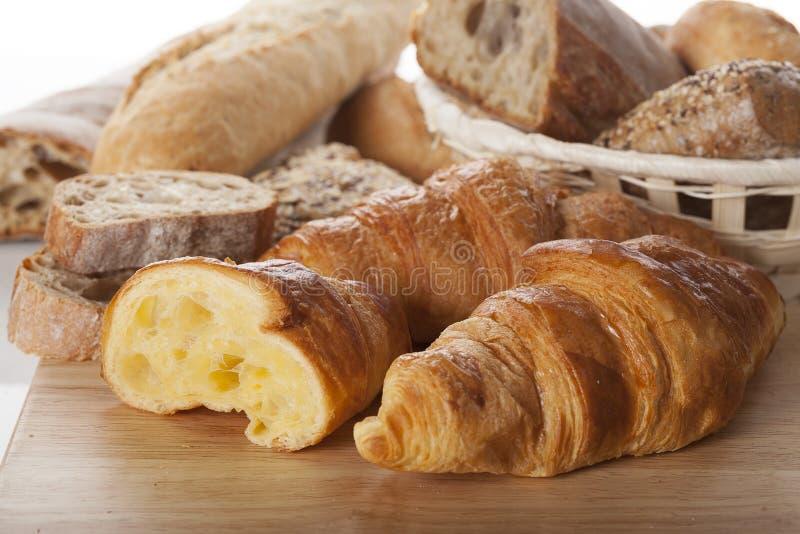 Pan fresco y cruasanes imagen de archivo