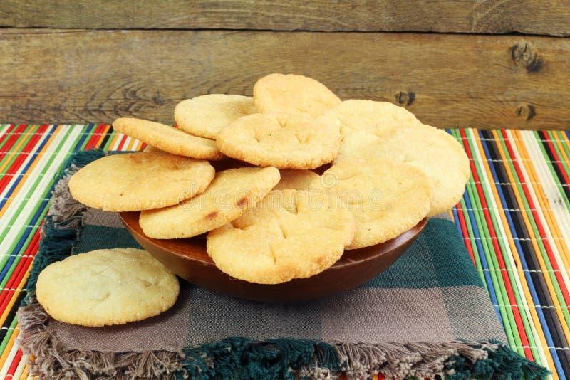 Pan frito hecho en casa del gujrati indio tradicional de Puri o de Puri del mainda del rava del soji imagenes de archivo