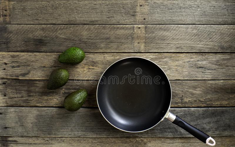 Pan With Fruit Avocado On-Keukenlijst royalty-vrije stock afbeelding