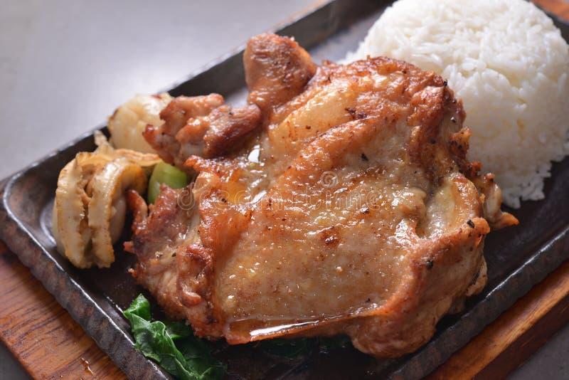Pan gebraden kippenlapje vlees met kammossel stock afbeeldingen