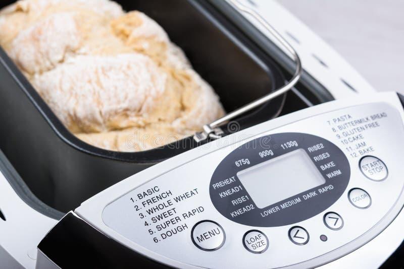 Pan hecho en casa de la harina blanca cocido en fabricante de pan con el indicador digital imagen de archivo libre de regalías