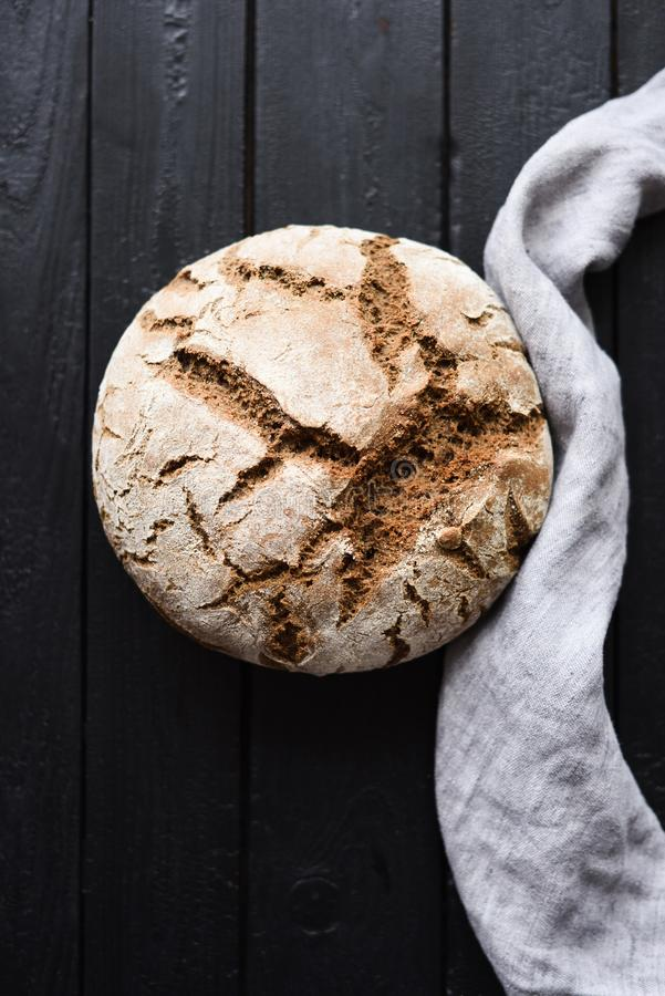 Pan hecho en casa del artesano Pan redondo recientemente cocido del pan de pan amargo con el paño de lino en la opinión superior  fotografía de archivo