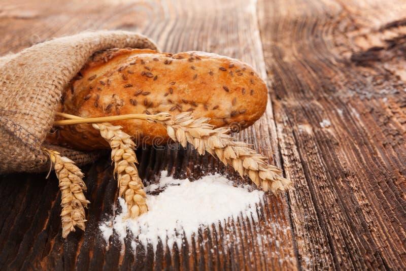 Pan hecho en casa del baguette en bolso de arpillera fotografía de archivo libre de regalías