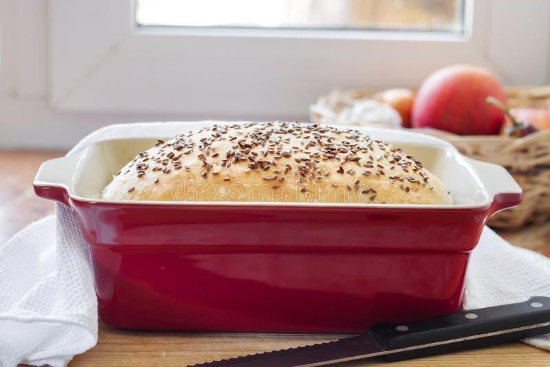 Pan hecho en casa del trigo con las semillas de lino en plato que cuece de cer?mica fotos de archivo libres de regalías