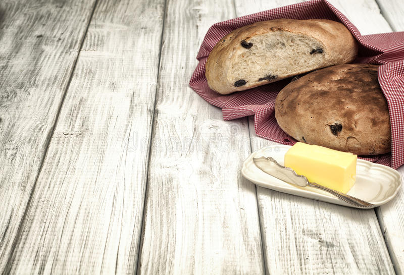 Pan hecho en casa del Viejo Mundo con las aceitunas en el tablero blanco Tableop como fondo con el sitio o el espacio para el text foto de archivo libre de regalías