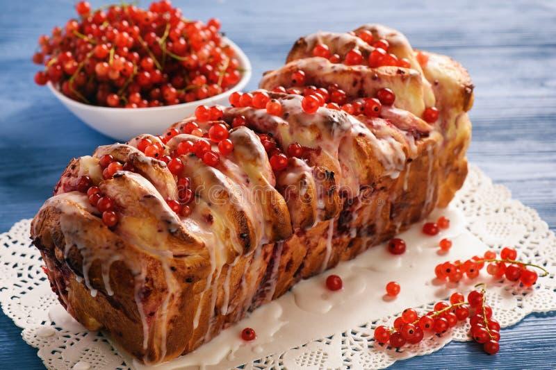 Pan hecho en casa dulce con el atasco de la pasa foto de archivo