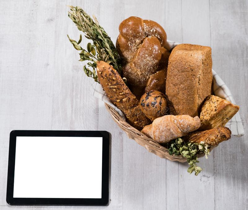 Pan hecho en casa fresco con la tableta fotografía de archivo