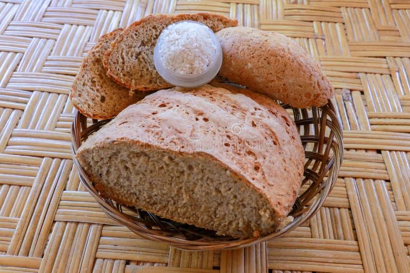 Pan hecho en casa fresco hecho de la harina del trigo y de centeno Pan cortado en una cesta de mimbre Pan hecho en casa fresco he imagen de archivo