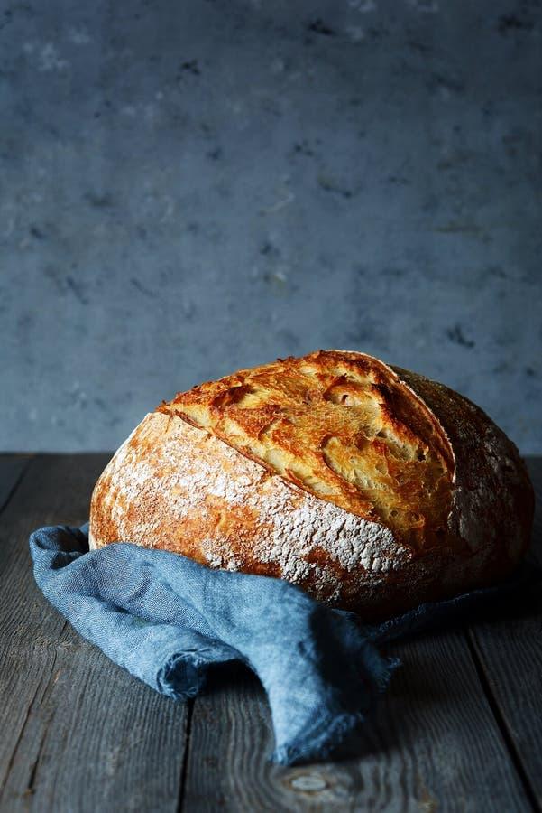 Pan hecho en casa fresco en un fondo gris quebradizo Francés criado imagenes de archivo