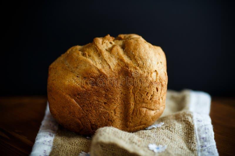 Pan hecho en casa fresco en una tabla de madera foto de archivo