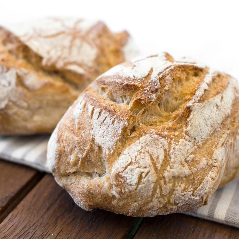 Pan hecho en casa en la tabla imagenes de archivo