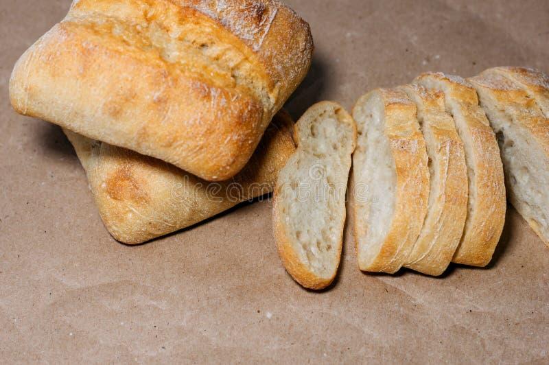 Pan hecho en casa libre del gluten pedazos Gluten-libres de pan del trigo en el papel del arte imagen de archivo libre de regalías