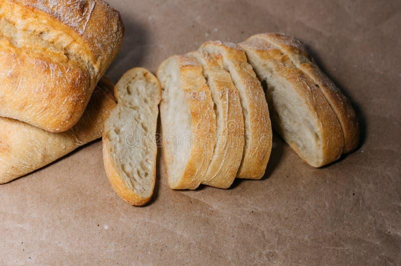 Pan hecho en casa libre del gluten pedazos Gluten-libres de pan del trigo en el papel del arte imagenes de archivo