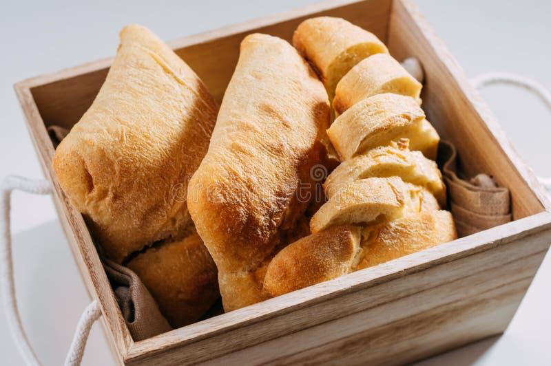 Pan hecho en casa libre del gluten pedazos Gluten-libres de pan del trigo en una cesta de madera imagen de archivo