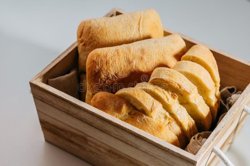 Pan hecho en casa libre del gluten pedazos Gluten-libres de pan del trigo en una cesta de madera foto de archivo
