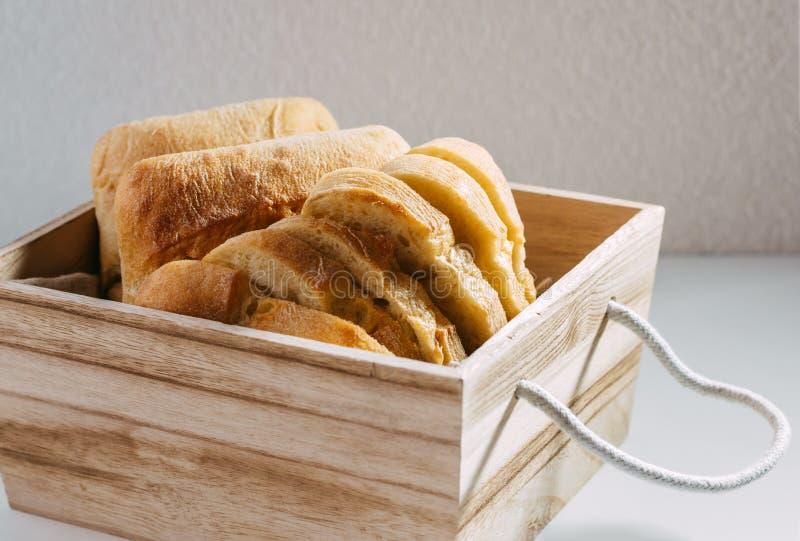 Pan hecho en casa libre del gluten pedazos Gluten-libres de pan del trigo en una cesta de madera imagenes de archivo
