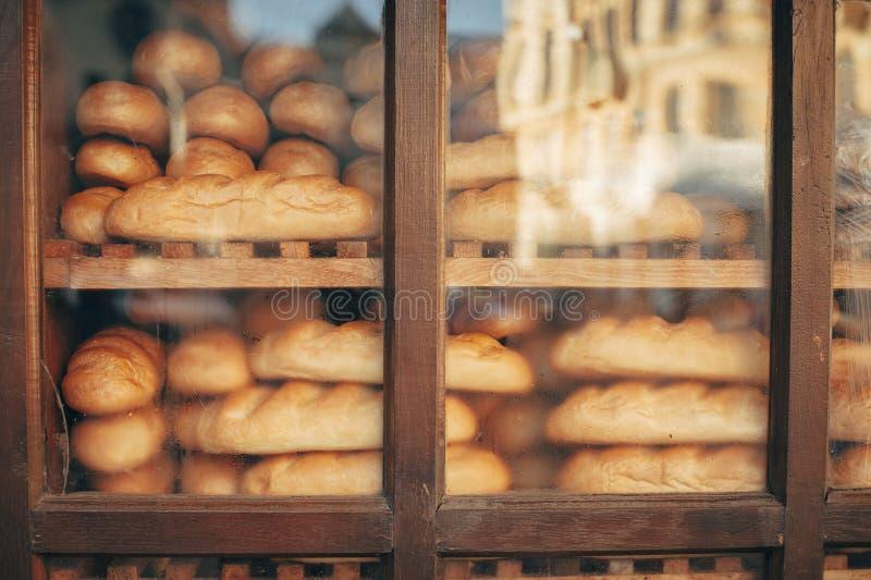 Pan hecho en casa orgánico fresco en panadería del tradicional imagen de archivo