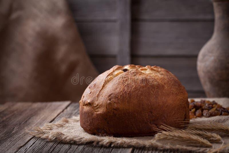 Pan hecho en casa tradicional del panettone de la Navidad imagen de archivo