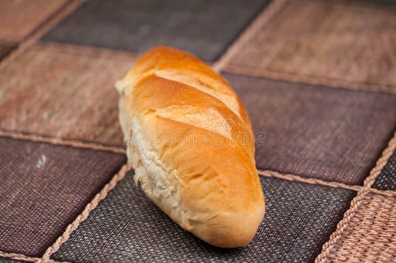 Pan hecho en casa y cuchillo en la tabla de cocina Alimento sabroso fotografía de archivo