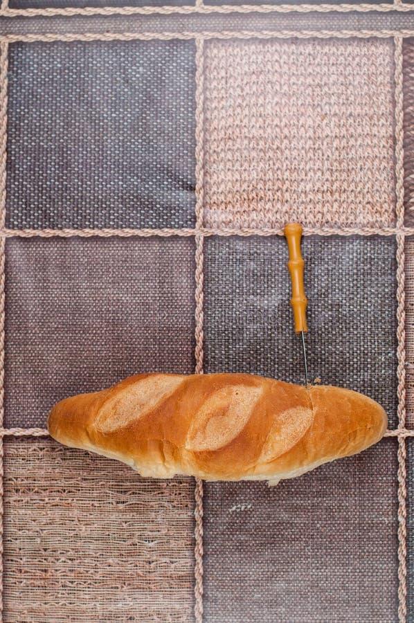 Pan hecho en casa y cuchillo en la tabla de cocina Alimento sabroso fotos de archivo