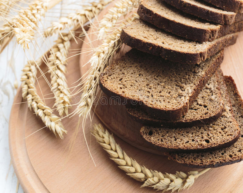 Pan hecho en casa y oídos cortados del trigo foto de archivo