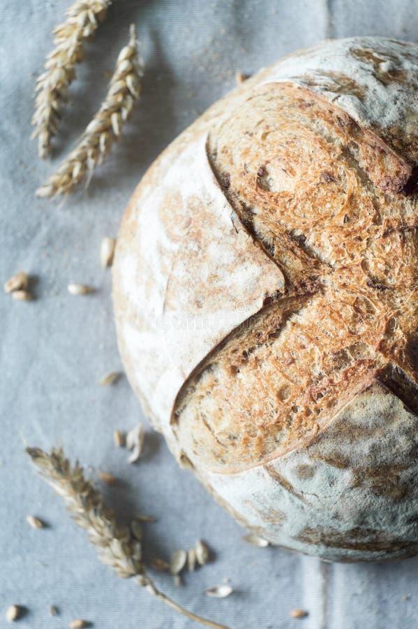 Pan hermoso del artesano del pan amargo en la toalla de cocina fotos de archivo