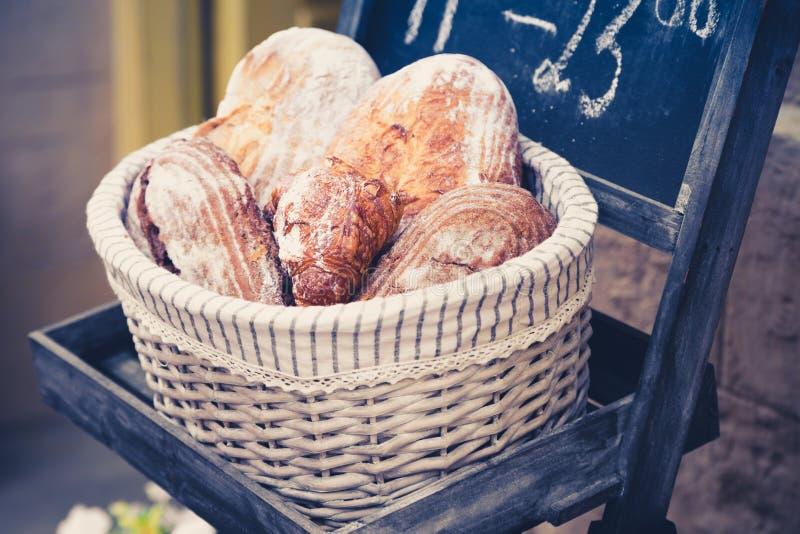 Pan integral en una cesta imágenes de archivo libres de regalías