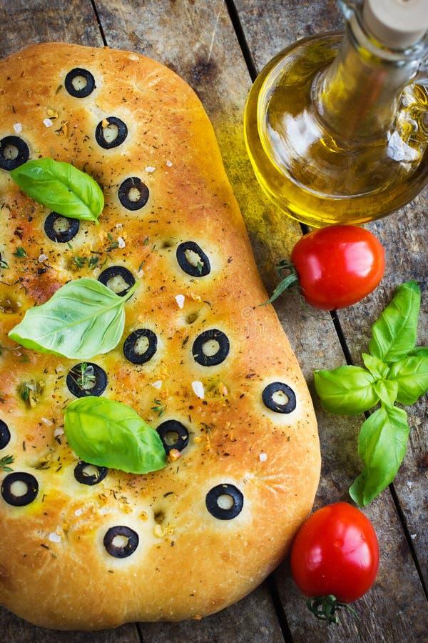 Pan italiano del focaccia con las aceitunas negras foto de archivo