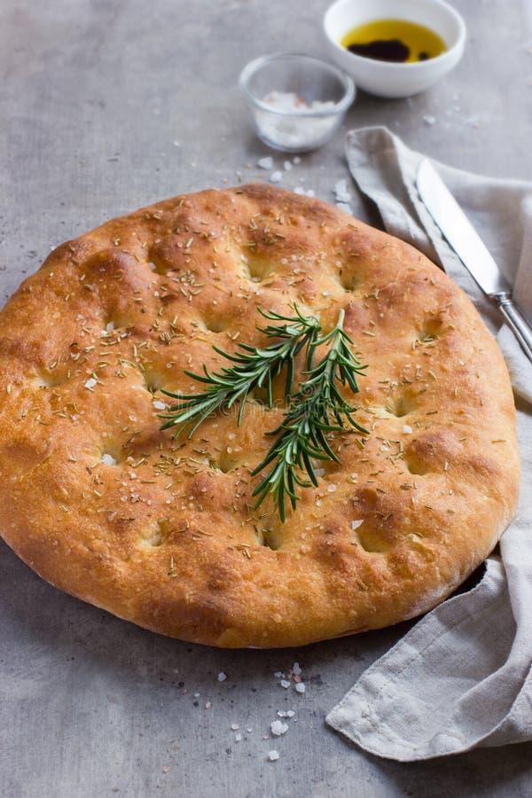 Pan italiano del focaccia con romero fotos de archivo
