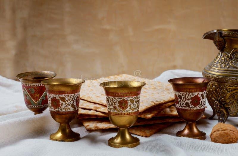 Pan judío del día de fiesta del matzoh de la pascua judía, cuatro vidrios del vino kosher sobre la tabla de madera imágenes de archivo libres de regalías