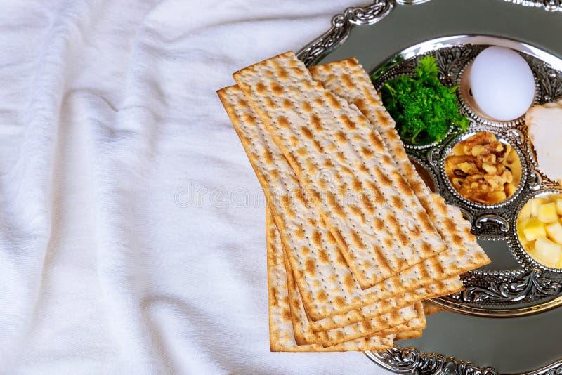 Pan judío del día de fiesta del matzoh de la pascua judía sobre la tabla de madera imagen de archivo