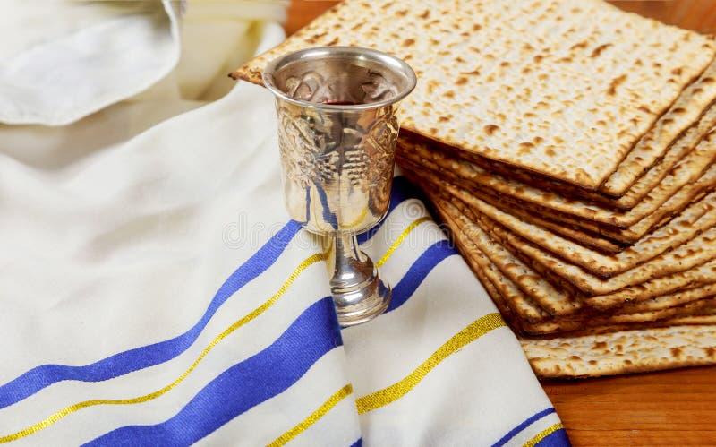 Pan judío del día de fiesta del matzoh de la pascua judía y tablero de madera del vino imagen de archivo libre de regalías