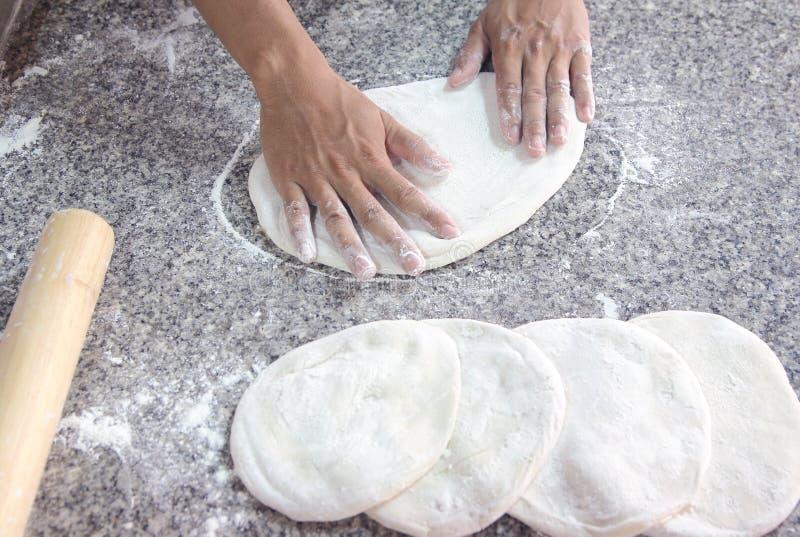 Pan kneding de la pizza de la mano imágenes de archivo libres de regalías
