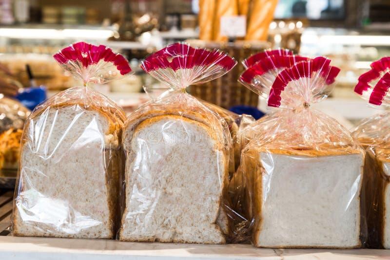 Pan libre del gluten orgánico en envoltura plástica fotografía de archivo libre de regalías