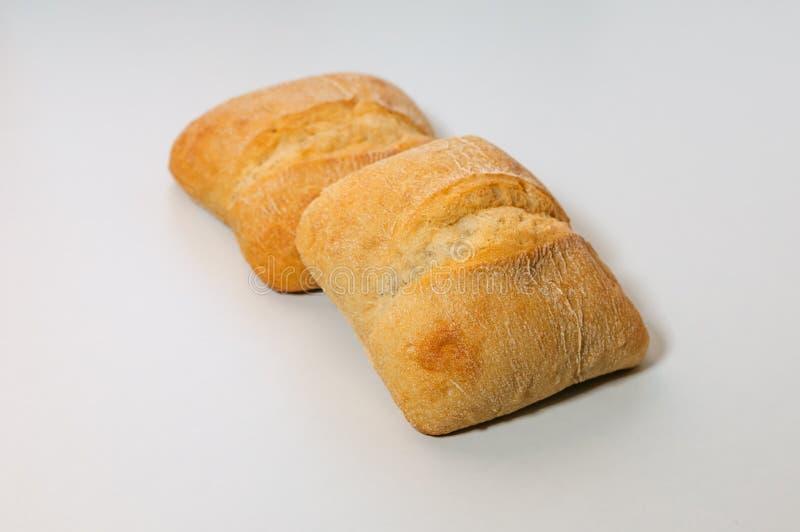 Pan libre del grano del gluten fresco con las semillas aisladas en el fondo blanco foto de archivo