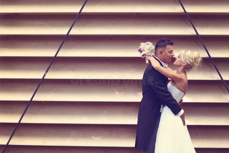 Download Pan Młody Obejmowania Panny Młodej Zdjęcie Stock - Obraz złożonej z piękny, obejmowanie: 57659768