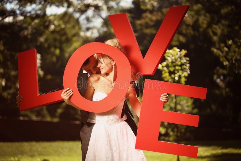 Download Pan Młody Obejmowania Panny Młodej Zdjęcie Stock - Obraz złożonej z piękny, kwiaty: 57659834